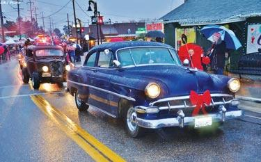 Frazier Park Car Club was a hit with the parade crowd. [Gunnar Kuepper photo]