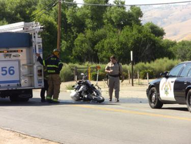 The scene on Lebec Road in front of Lebec Post Office after 4:30 p.m. [photo by The Mountain Enterprise]