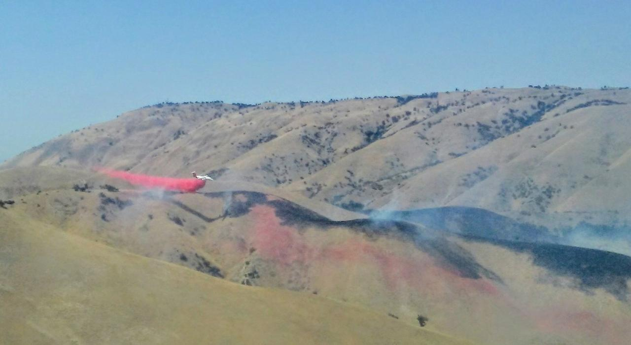 Another shot of the BAe-146 tanker dropping retardant on the Lebec fire by Carlos Serret.