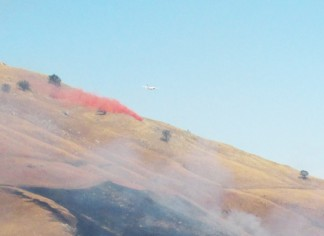 An air tanker drops fire retardant on the Tejon fire. [photo by Gary Meyer]