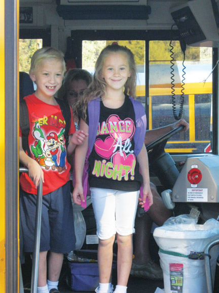 Left, Twins Tyler and Taylor Rutland arrive at Frazier Park School. [photo by Pam Sturdevant]