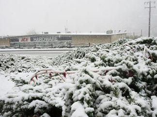 Downtown Frazier Park has snow sticking on the ground. [photo by Gary Meyer, The Mountain Enterprise]